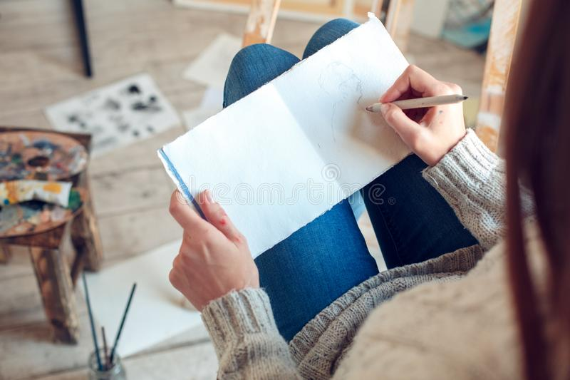 Jonge vrouwenkunstenaar die thuis creatieve schets hoogste mening schilderen royalty-vrije stock fotografie