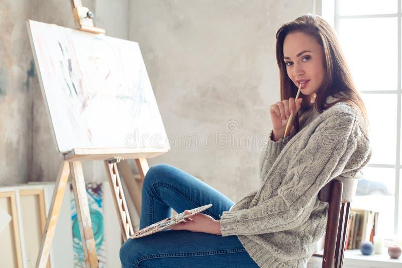 Jonge vrouwenkunstenaar die thuis creatieve sexy schilderen royalty-vrije stock afbeelding
