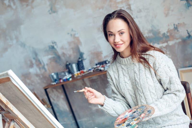 Jonge vrouwenkunstenaar die thuis het creatieve tekening glimlachen schilderen royalty-vrije stock foto