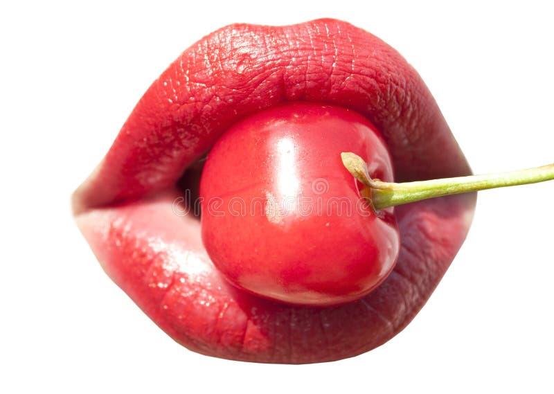 Jonge vrouwenmond met rode kersenclose-up stock fotografie