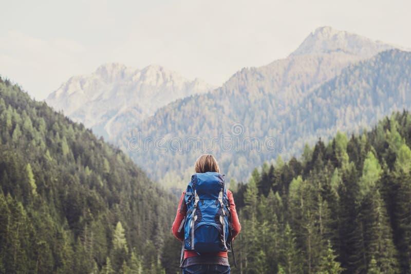 Jonge vrouwenreiziger in de bergen van Alpen reis en actief levensstijlconcept stock foto