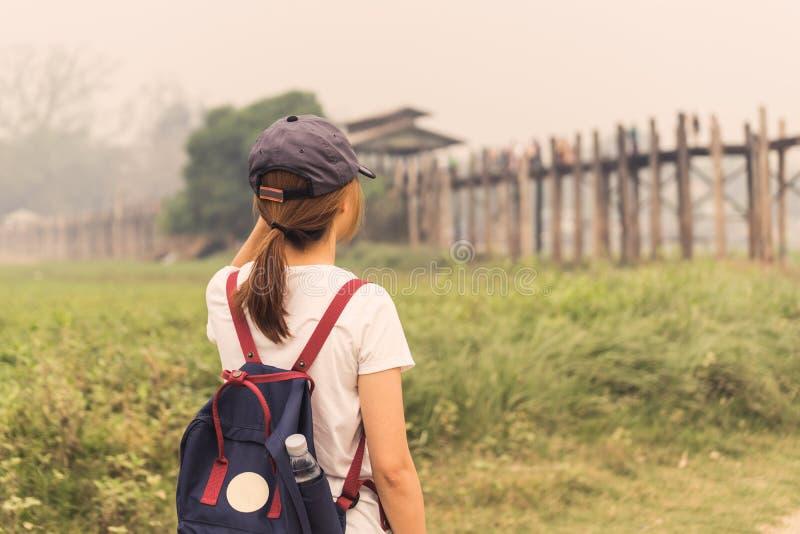 Jonge vrouwenreiziger die de brug van U bekijken bein stock afbeelding
