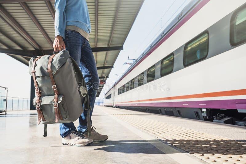 Jonge vrouwenreiziger die op een trein op een spoorwegpost, een reis en een actief levensstijlconcept wachten royalty-vrije stock afbeelding