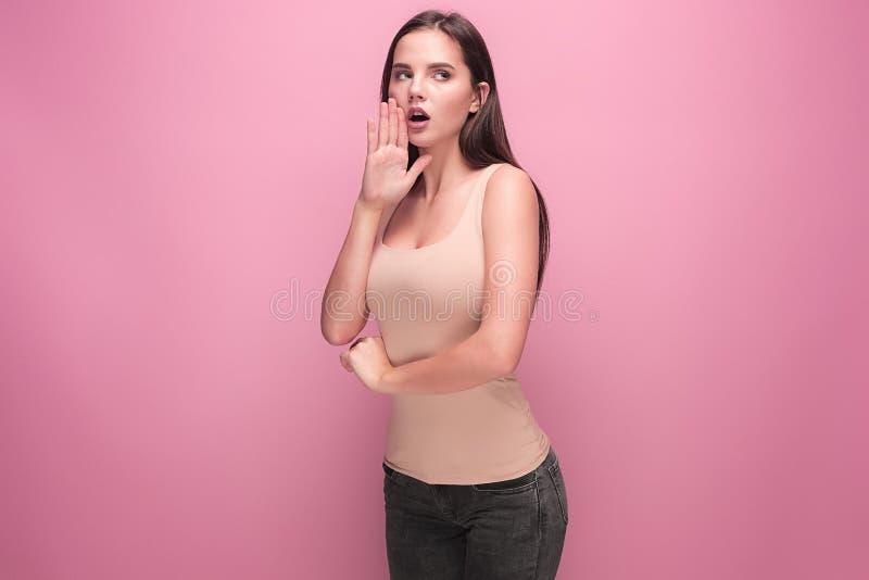 Jonge vrouwenschreeuw en schreeuw die haar handen gebruiken royalty-vrije stock afbeelding
