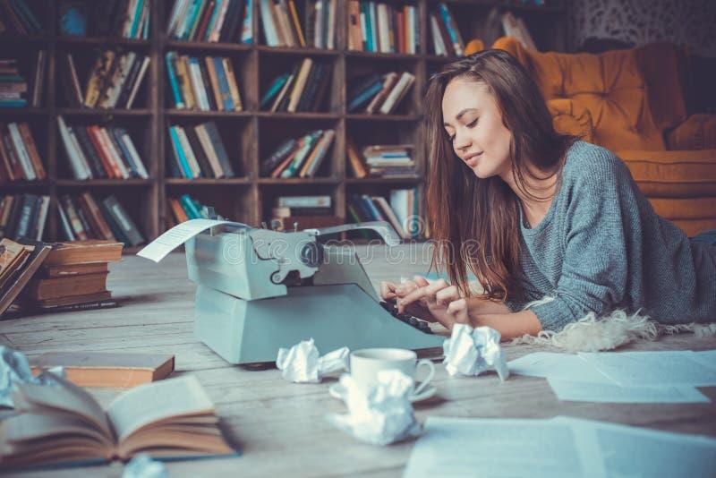 Jonge vrouwenschrijver in bibliotheek thuis creatief beroep royalty-vrije stock fotografie
