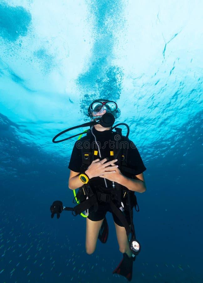 Jonge vrouwenscuba-duiker stock foto's