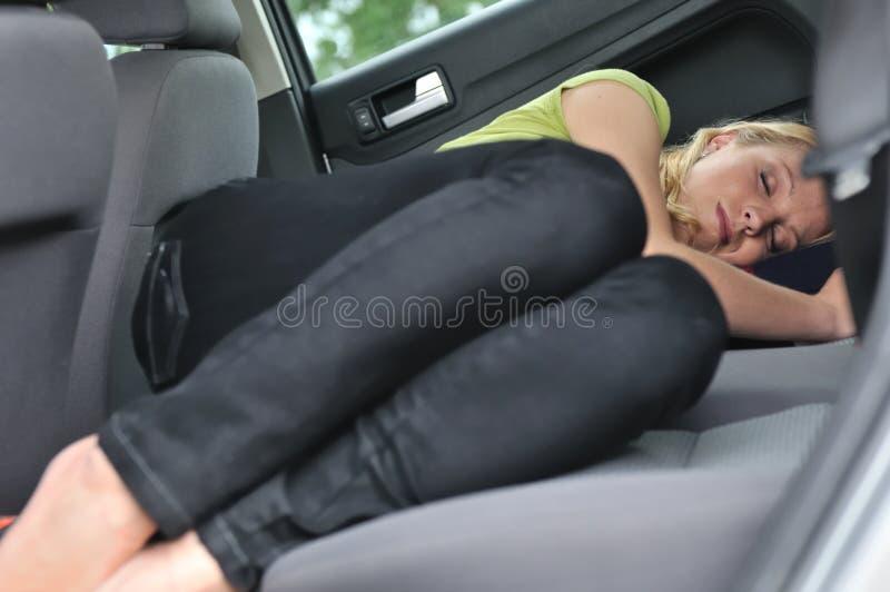 Jonge vrouwenslaap in auto royalty-vrije stock foto's