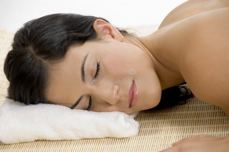 Jonge vrouwenslaap op mat stock afbeeldingen