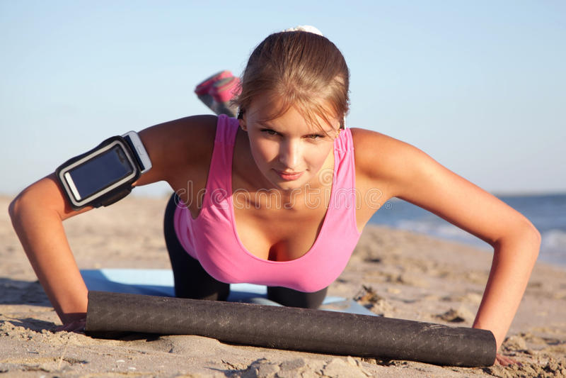 Jonge vrouwensporten op het strand royalty-vrije stock fotografie