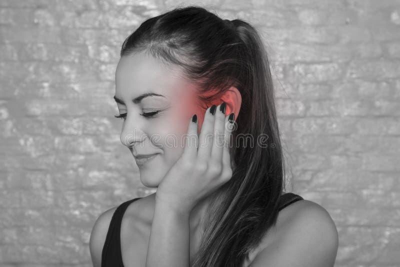 Jonge vrouwenstrijd met oor drumache stock foto's