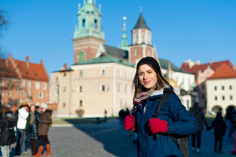 Jonge vrouwentoerist in de stad van Kracow stock foto