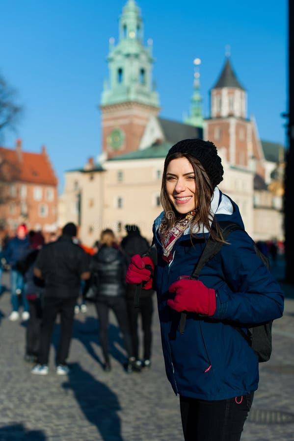 Jonge vrouwentoerist in de stad van Kracow stock afbeeldingen