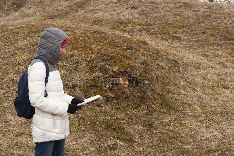 Jonge vrouwentoerist die de kaart op de achtergrond van Nationaal Park bekijken royalty-vrije stock fotografie
