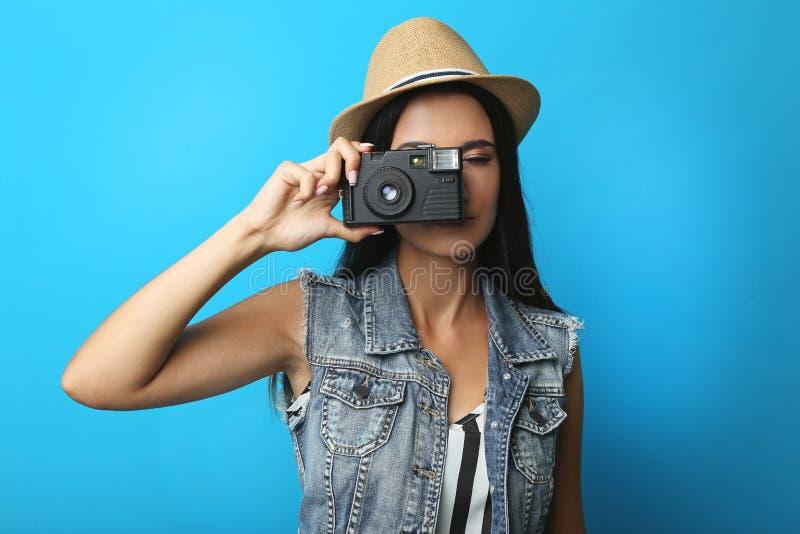 Jonge vrouwentoerist die foto maken royalty-vrije stock afbeeldingen