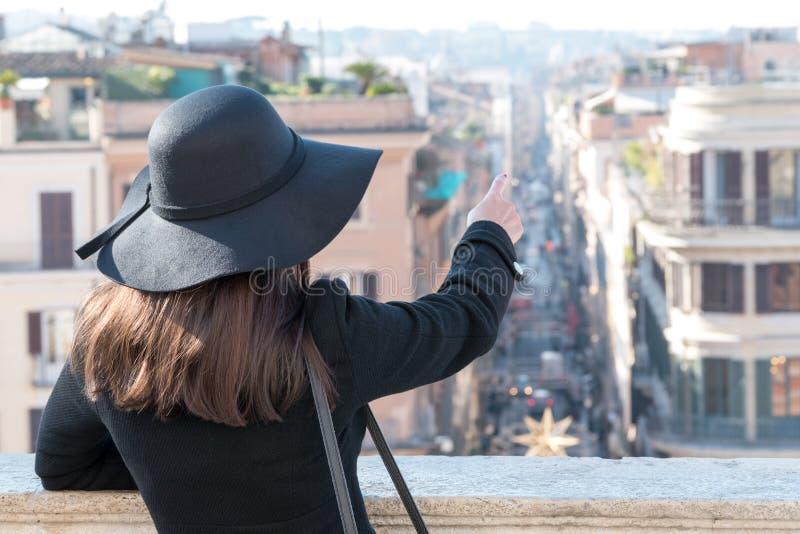 Jonge vrouwentoerist die van mooie landschapsmening genieten royalty-vrije stock afbeelding