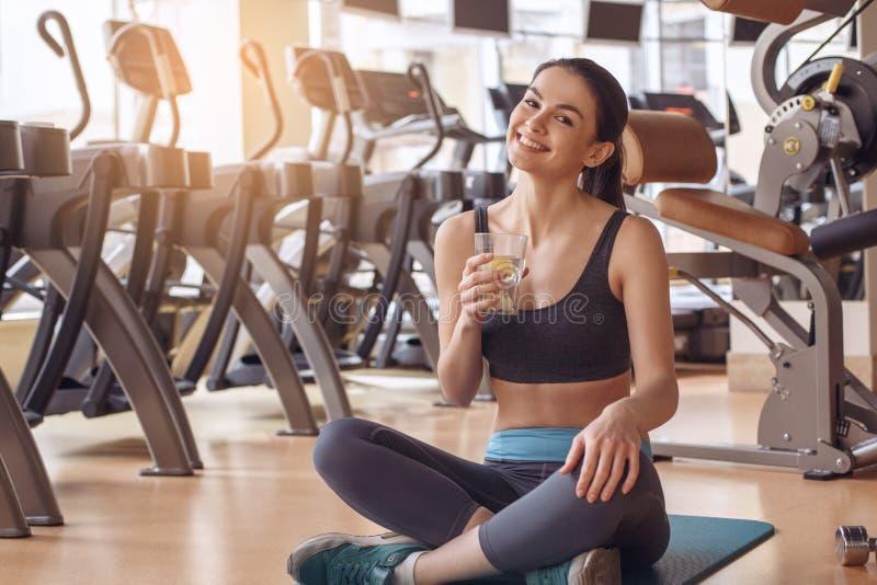 Jonge vrouwentraining in gymnastiek gezonde levensstijl royalty-vrije stock afbeelding