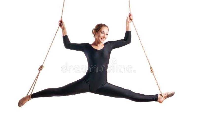 Jonge vrouwenturner op kabel stock afbeelding