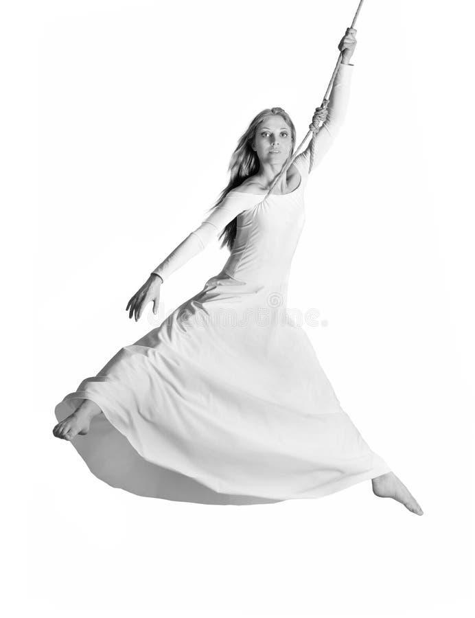Jonge vrouwenturner in witte kleding op kabel royalty-vrije stock afbeeldingen