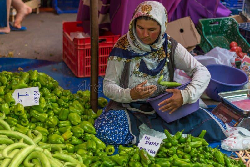 Jonge vrouwenverkoper in openbare markt royalty-vrije stock afbeelding