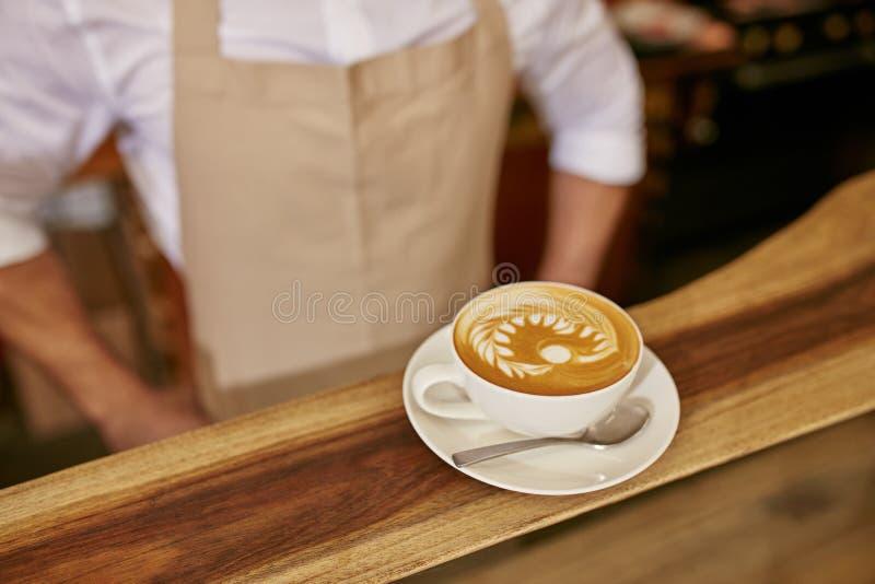 Jonge vrouwenvrienden die een orde plaatsen in een koffiewinkel stock afbeeldingen