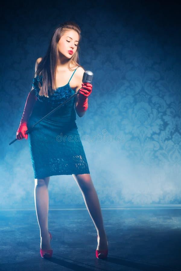 Jonge vrouwenzanger stock foto's