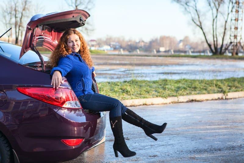 Jonge vrouwenzitting in autoboomstam