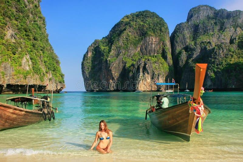 Jonge vrouwenzitting op het strand in Maya Bay op Phi Phi Leh Isl royalty-vrije stock foto
