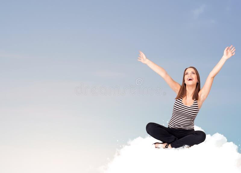 Jonge vrouwenzitting op wolk met exemplaarruimte royalty-vrije stock foto
