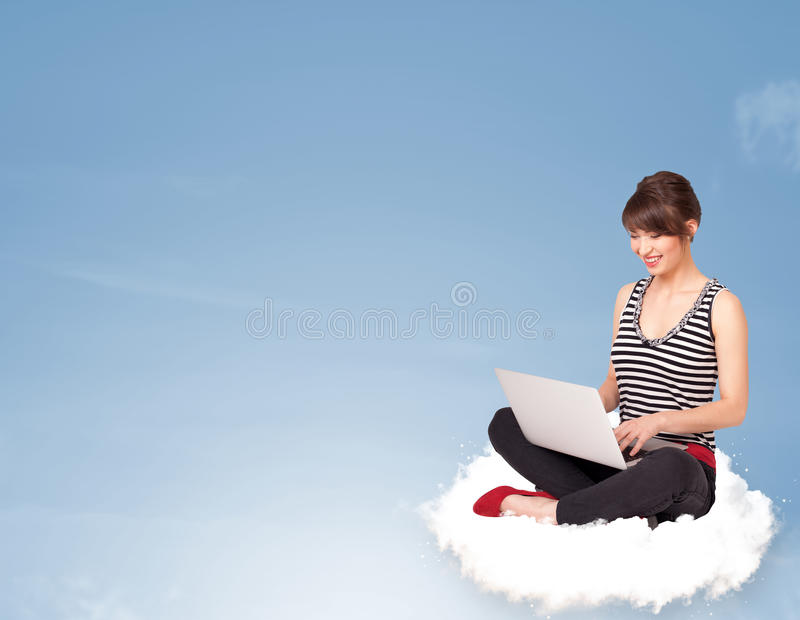 Download Jonge Vrouwenzitting Op Wolk Met Exemplaarruimte Stock Foto - Afbeelding bestaande uit vrijheid, flying: 39100844
