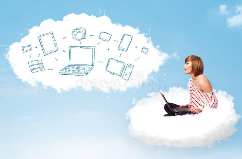 Jonge vrouwenzitting in wolk met laptop royalty-vrije stock foto
