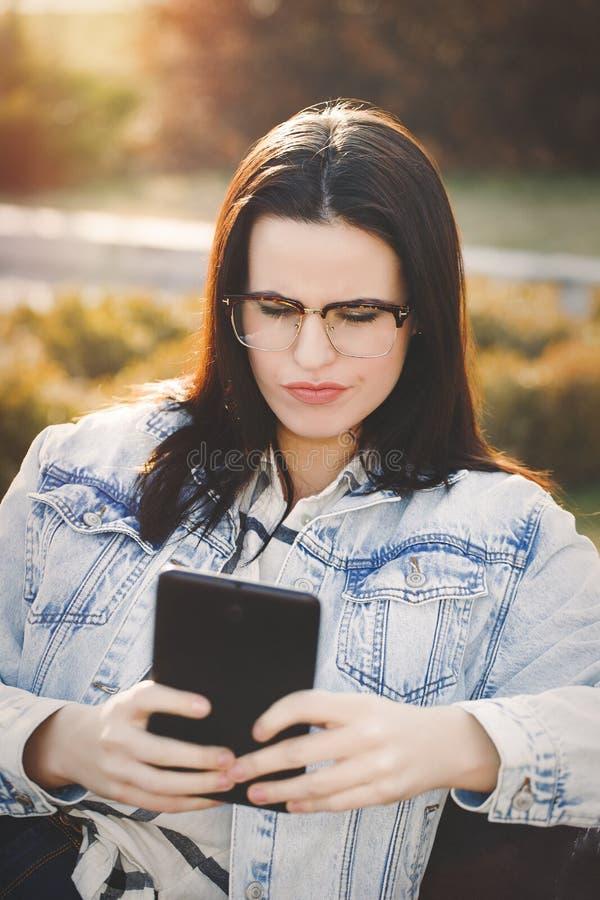 Jonge vrouwenzorg over vals nieuws op tablet royalty-vrije stock afbeelding