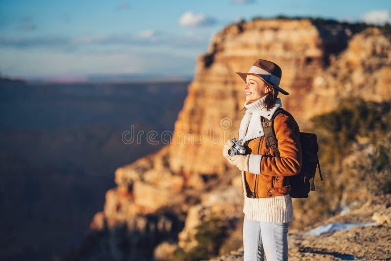Jonge wandelaar met een retrocamera in het Nationaal Park stock afbeelding