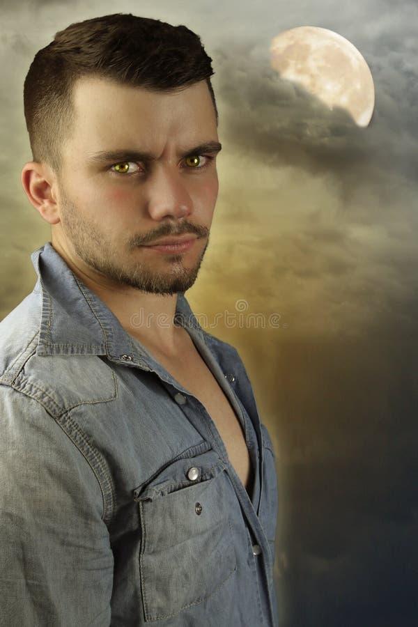 Jonge weerwolf - jonge bruine kerel stock foto
