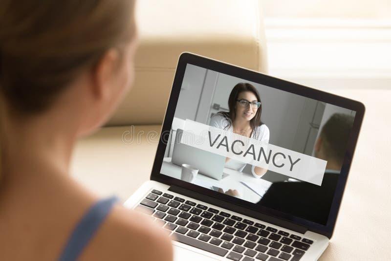 Jonge werkloze vrouw die baan, online het werkonderzoek, clos zoeken stock fotografie