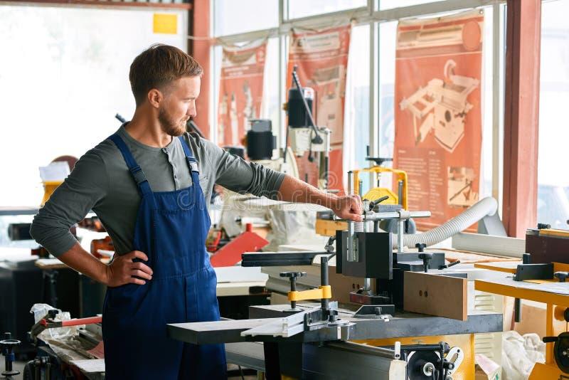 Jonge Werkman het Inspecteren Machines in Winkel royalty-vrije stock foto