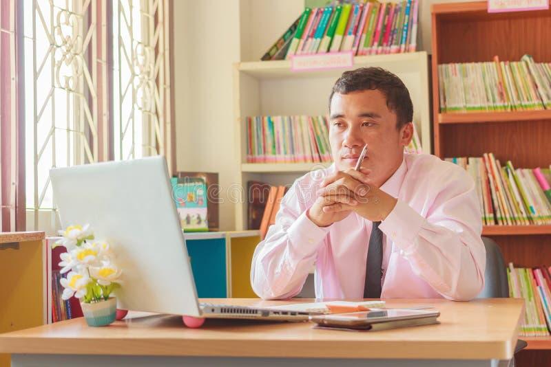 Jonge werknemer die computermonitor bekijken royalty-vrije stock afbeelding