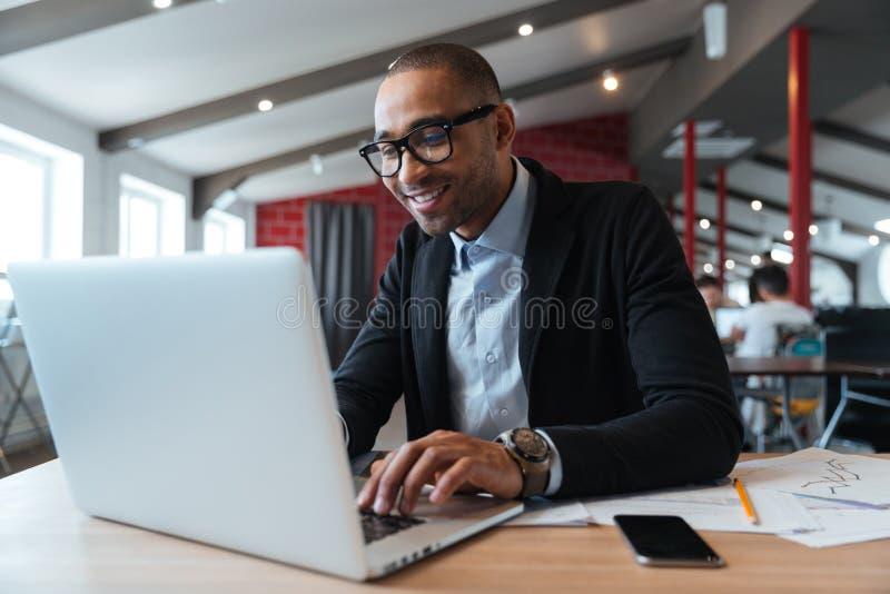 Jonge werknemer die computermonitor bekijken stock foto