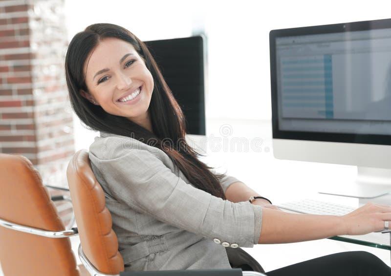 Jonge werknemer van de bedrijfwerken met computergegevens royalty-vrije stock fotografie