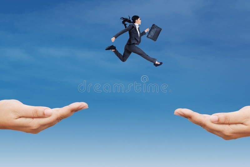 Jonge werknemerssprong op de hemel stock foto