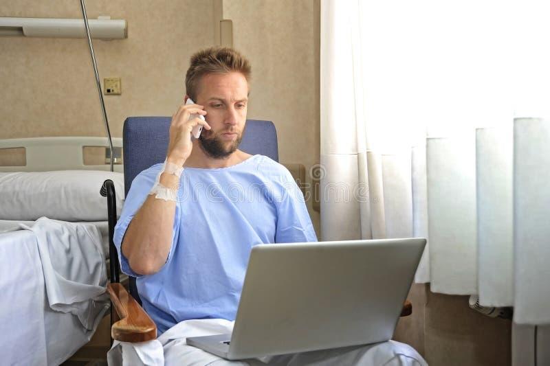 Jonge werkverslaafde bedrijfsmens in de zieken van de het ziekenhuisruimte en verwond na ongeval die met mobiele telefoon en comp stock afbeeldingen
