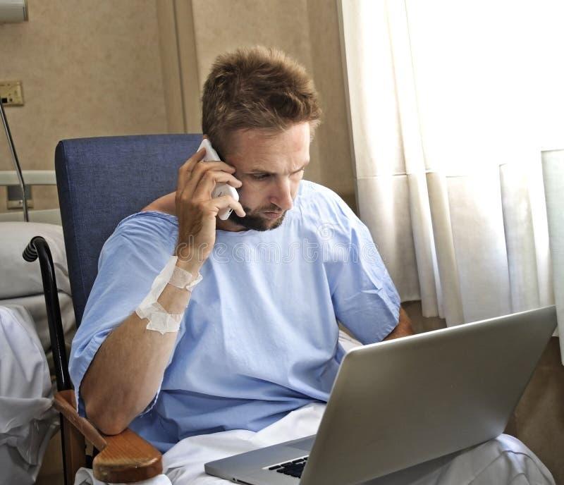 Jonge werkverslaafde bedrijfsmens in de zieken van de het ziekenhuisruimte en verwond na ongeval die met mobiele telefoon en comp stock foto's