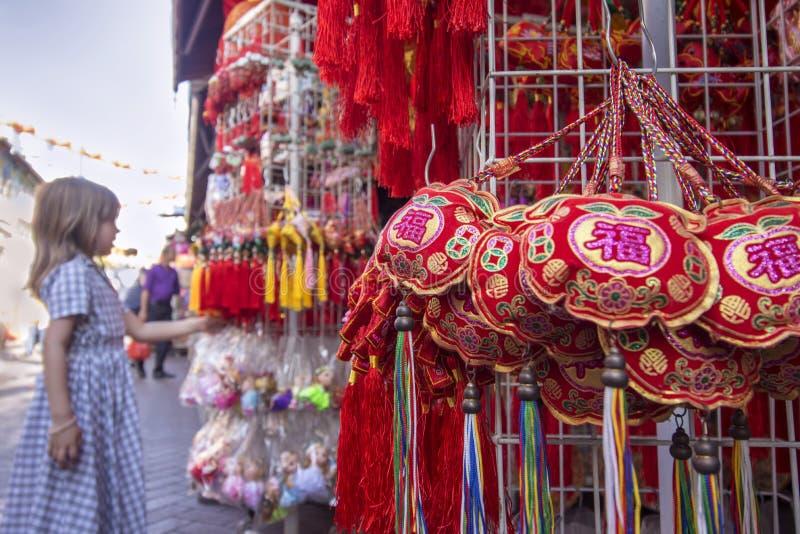 Jonge westelijke toerist die de Chinese Nieuwjaardecoratie bekijken in Chinatown royalty-vrije stock fotografie