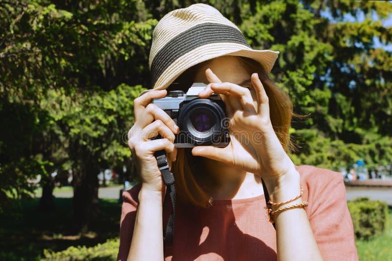 Jonge witte vrouw in een hand die beelden maken stock foto