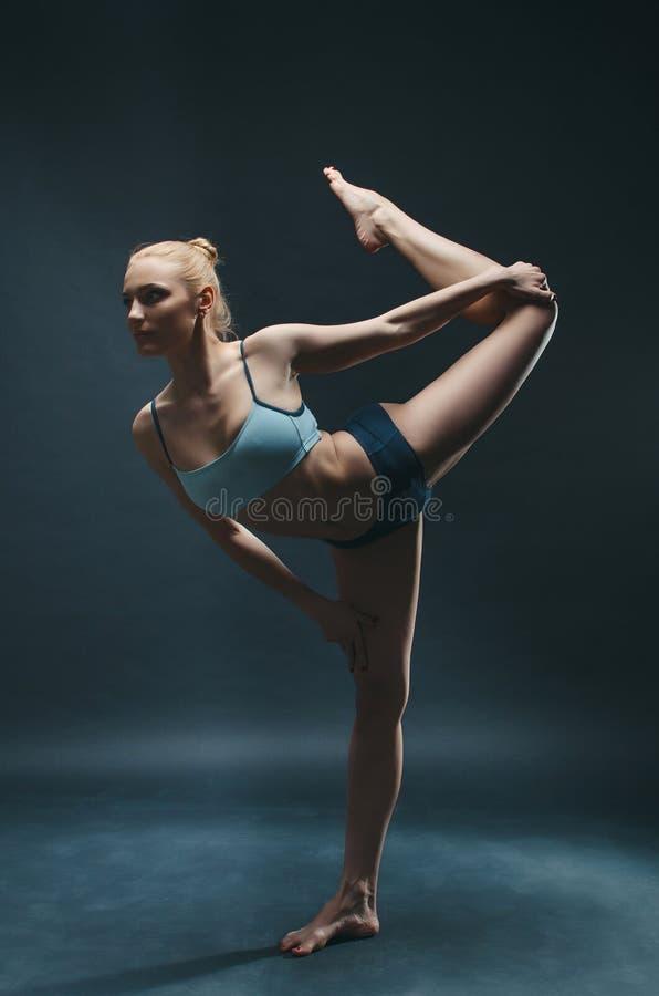 Jonge woman do yoga stock foto's