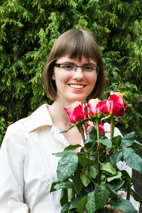 Jonge wooman met rozen stock foto's