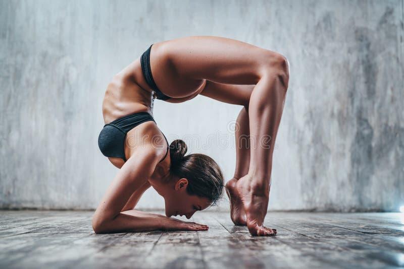 Jonge yogivrouw royalty-vrije stock fotografie