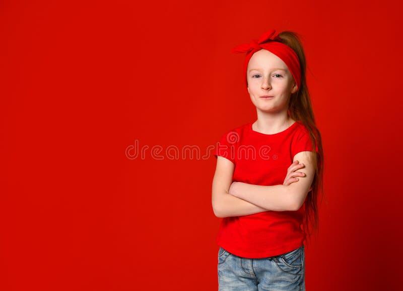Jonge zachte roodharigetiener met gezonde freckled huid, die een rood mouwloos onderhemd dragen, die de camera bekijken stock foto's