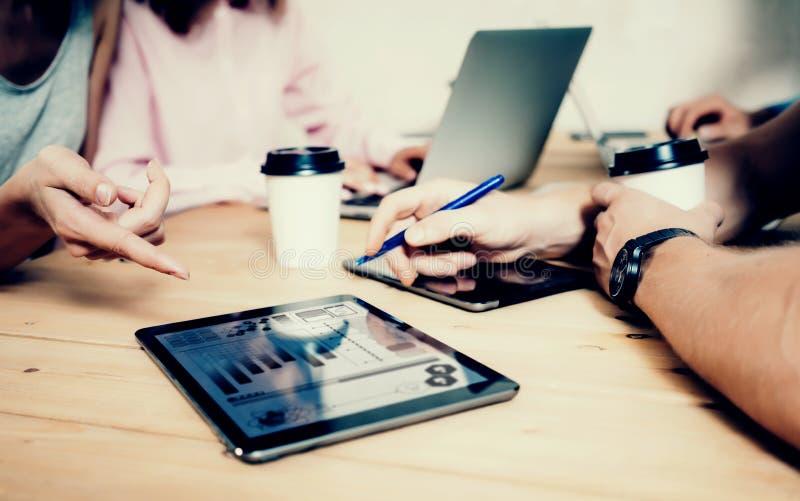 Jonge Zaken Team Brainstorming Meeting Process Medewerkers Start Marketing Project Creatieve Mensen die het Grote Werk maken stock foto's