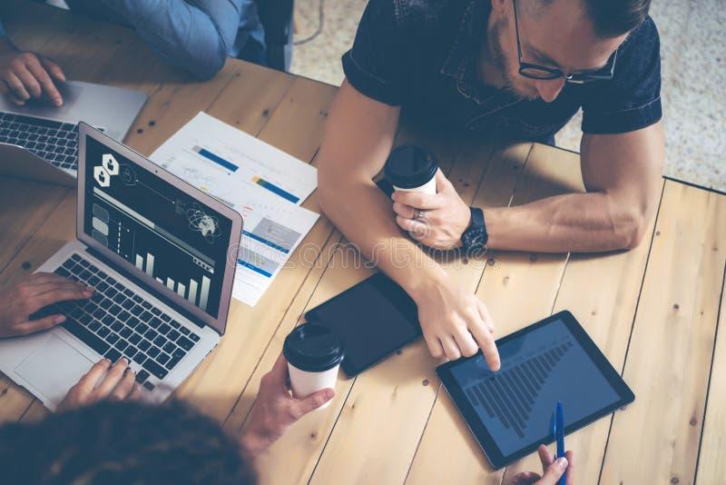 Jonge Zaken Team Brainstorming Meeting Process Medewerkers Start Marketing Project Creatieve Mensen die het Grote Werk maken royalty-vrije stock fotografie