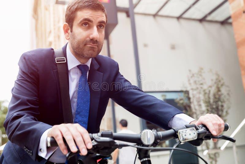 Jonge zakenlieden met een fiets stock fotografie
